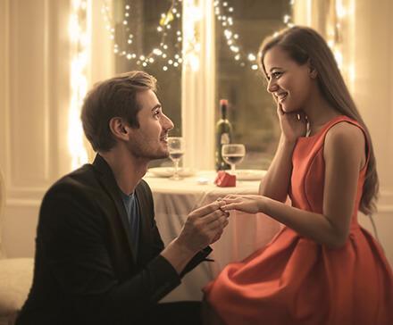 Zaręczyny: Jak wybrać i wręczyć pierścionek zaręczynowy?