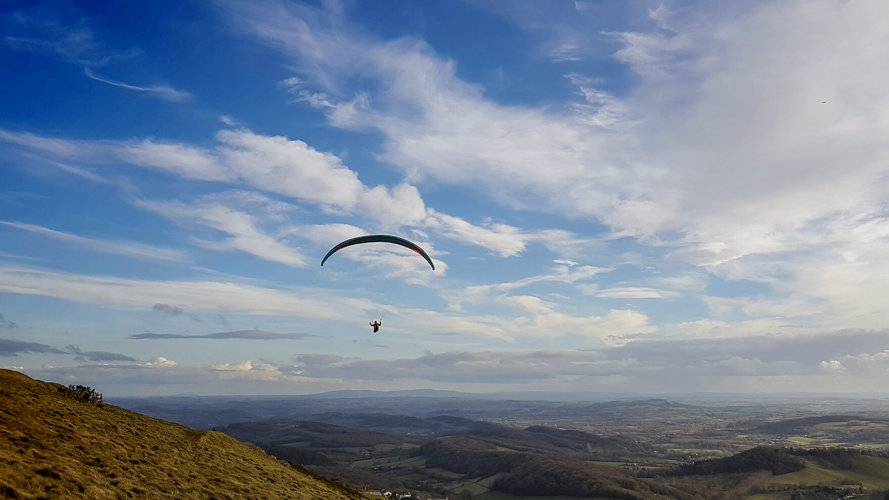 Loty na paralotniach i motoparalotniach to okazja do spojrzenia z góry na najpiękniejsze zakątki Polski