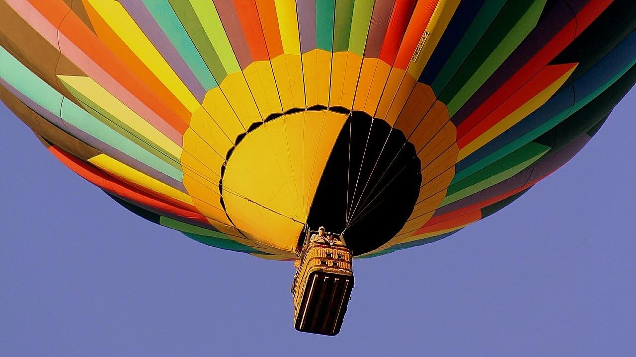 Lot balonem to przeżycie dla amatorów podniebnych wrażeni i zapierających dech w piersiech widoków