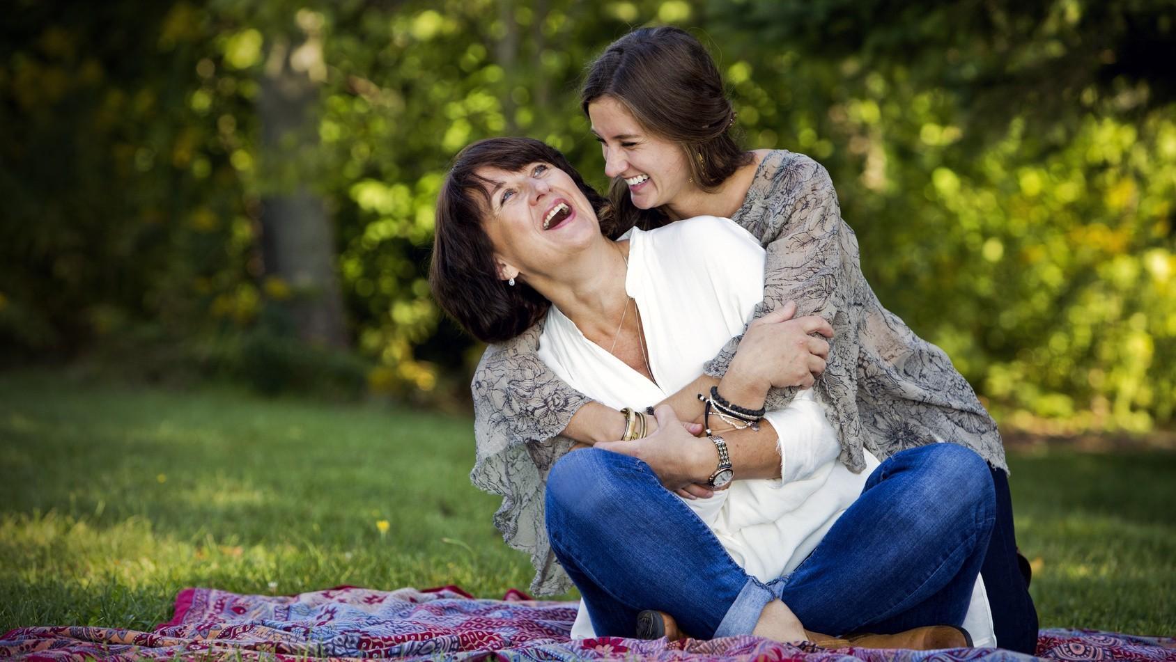 Pomysły na prezent dla mamy - podziękuj jej w szczególny sposób, który zbliży Was jeszcze bardziej. Matka i córka
