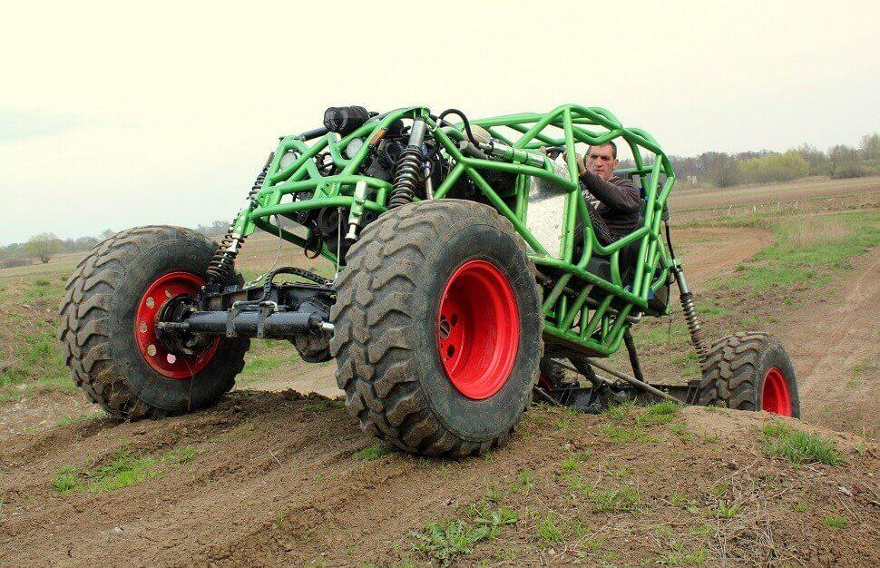 Przejazd Monster Buggy po torze off-road