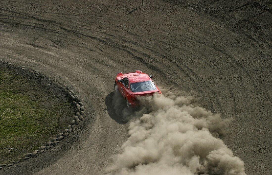 Drifting na torze wyścigowym