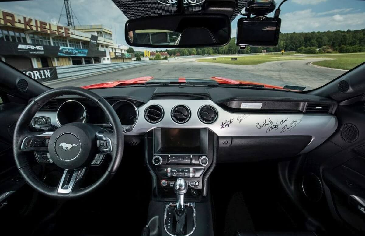 Jaza za kierownicą Forda Mustanga