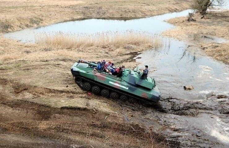 Przejażdżka dla grupy haubicą wojskową