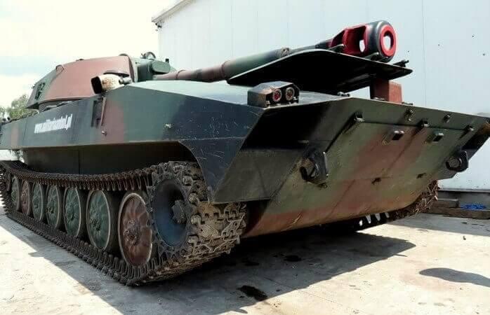 Poprowadź gąsienicowy pojazd militarny