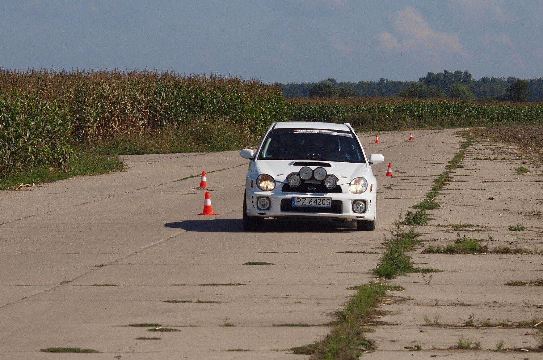 Jazda Subaru na odcinku specjalnym w okolicach Poznania