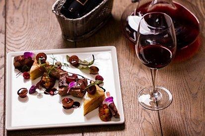 Przystawka, danie główne, deser i wino