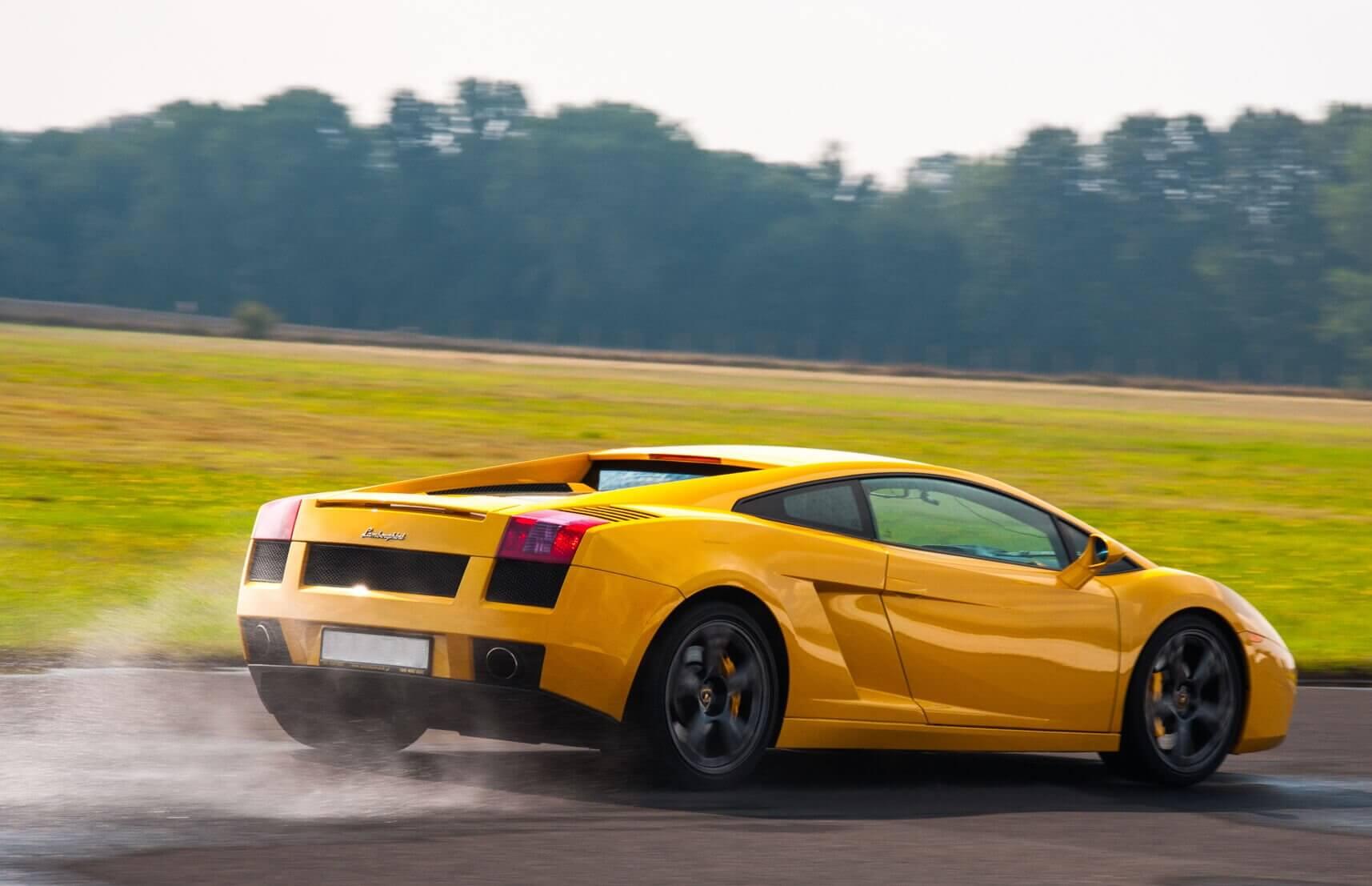 Jazda za kierownicą auta sportowego na torze