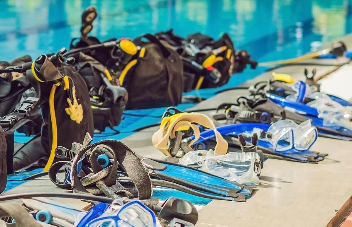 Lekcja nurkowania z ekwipunkiem w basenie