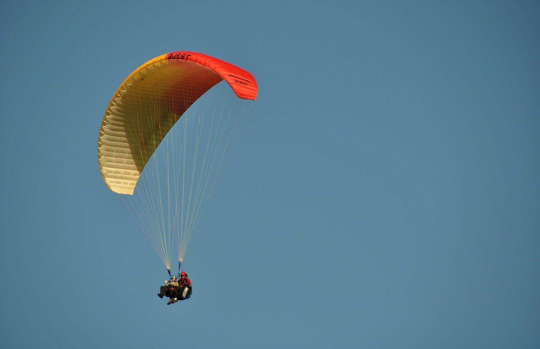 Paralotnia - lot w chmurach