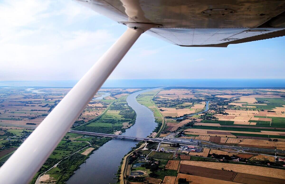 Widok z samolotu na wybrzeże Bałtyku w okolicy Gdańska