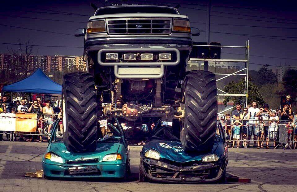 Monster Truck - miażdżenie wraków