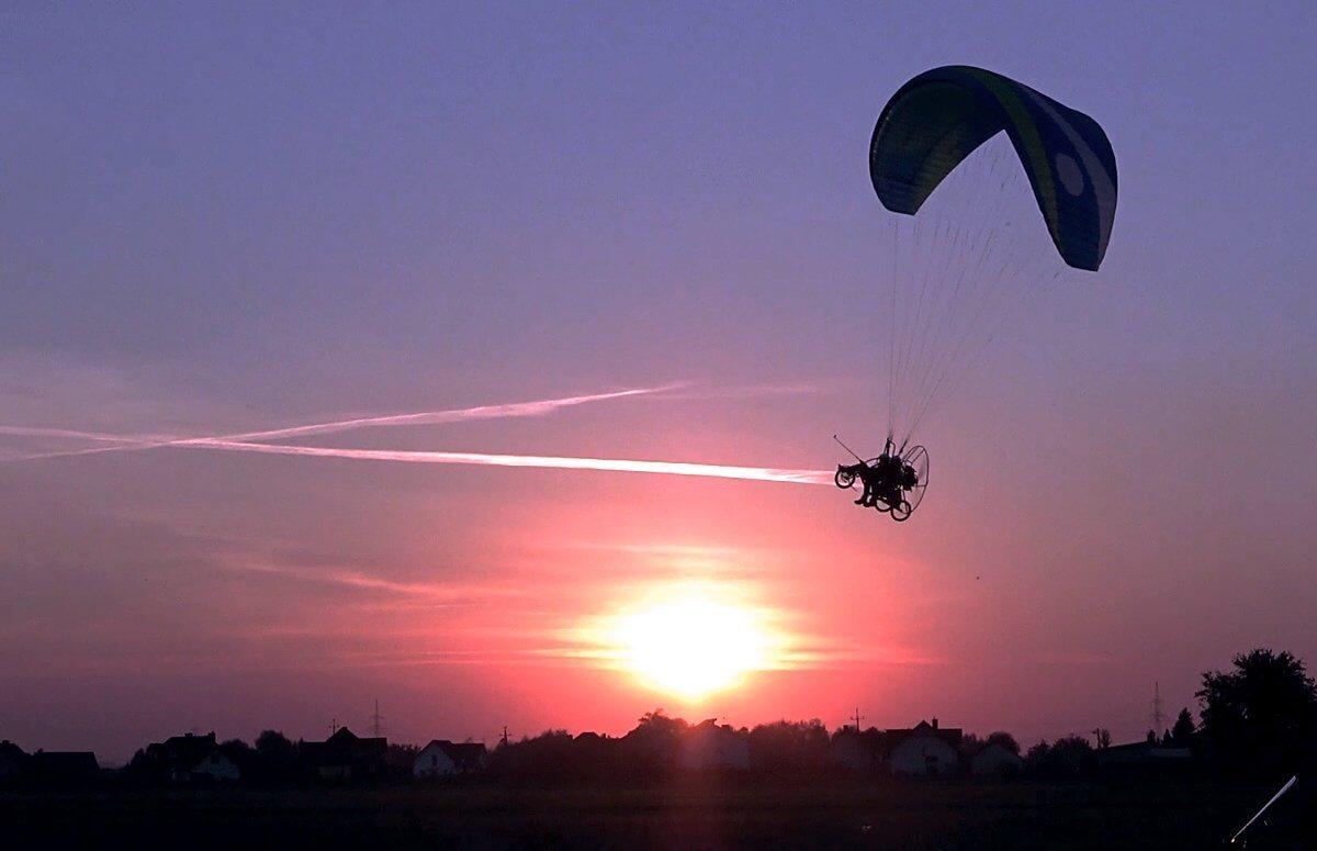 Latanie motoparalotnią nad Krakowem przy zachodzie słońca