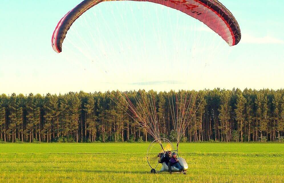 Lot widokowy motoparalotnią z filmem