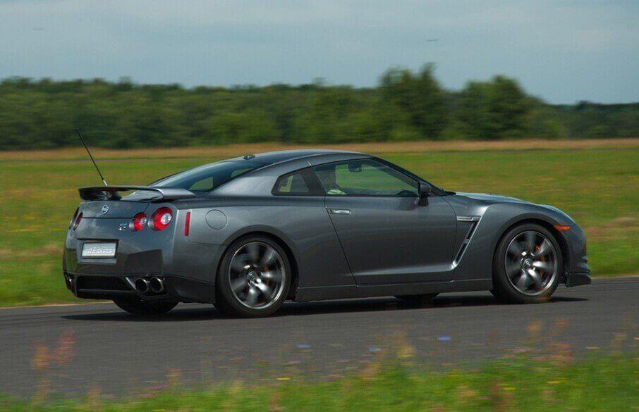 Nissan GTR i Ferrari na torze wyścigowym