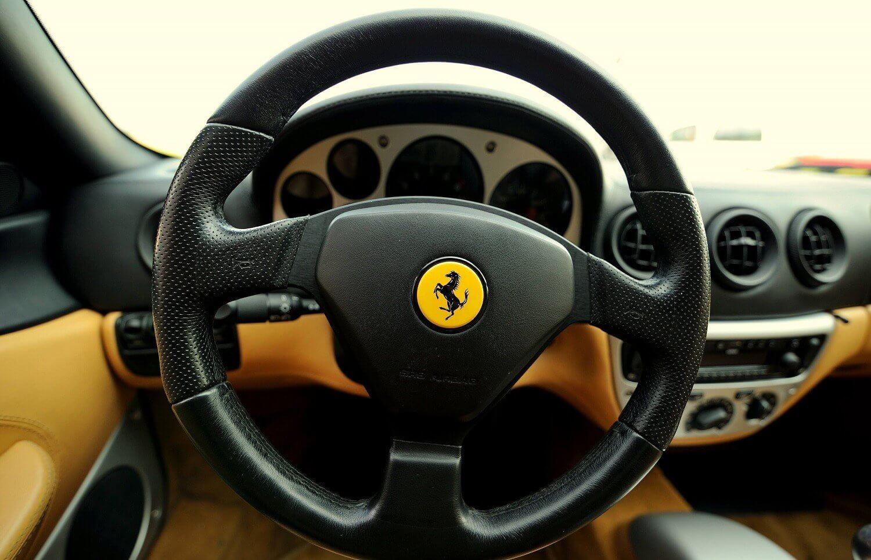 Jazda Ferrari po torze wyścigowym