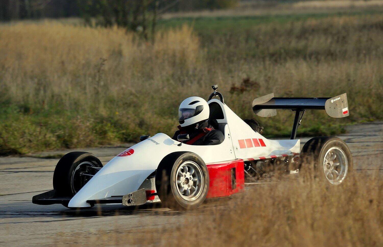 Jazda samochodami sportowymi na torze wyścigowym