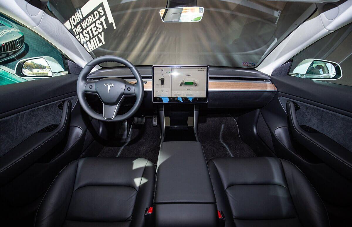 Jak Tesla 3 wygląda za kierownicą?