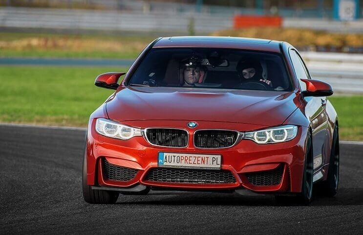 Jazda na torze BMW M4 na siedzeniu pasażera