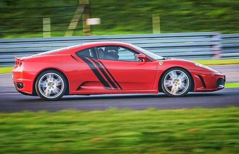 Poprowadź Ferrari i Nissana