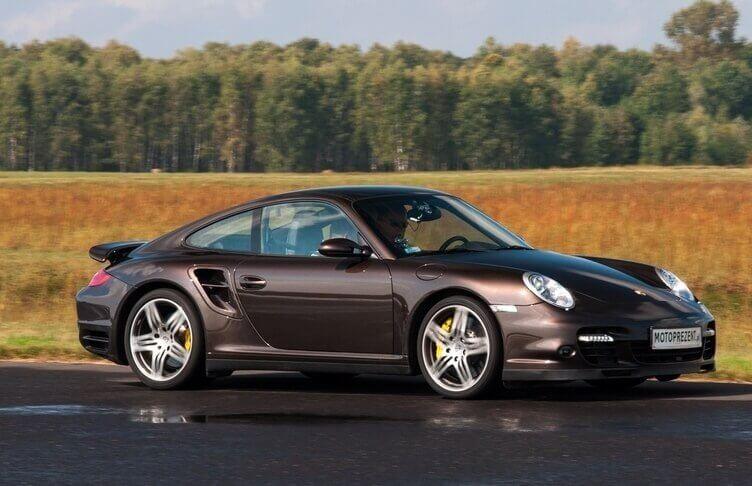 Samodzielny przejazd Porsche na torze wyścigowym