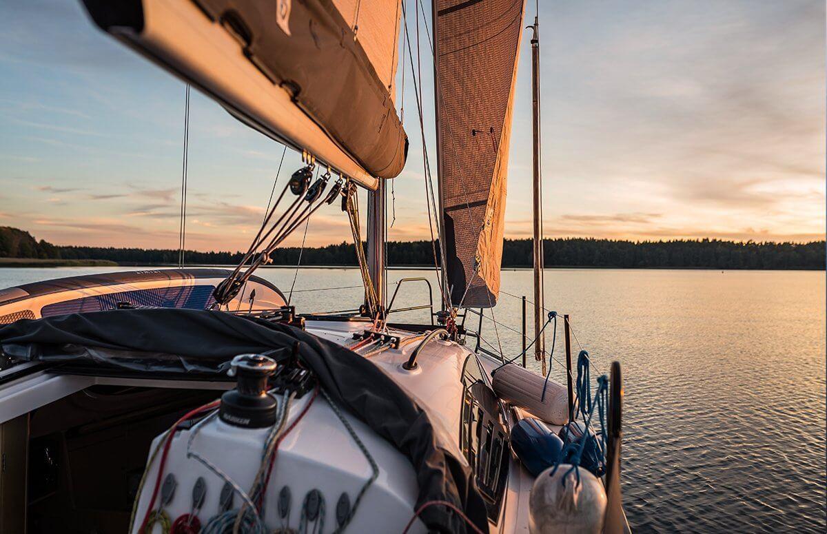 Żeglowanie po mazurskich jeziorach dla pary