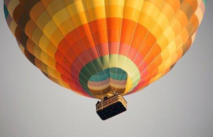 Skok ze spadochronem z balonu