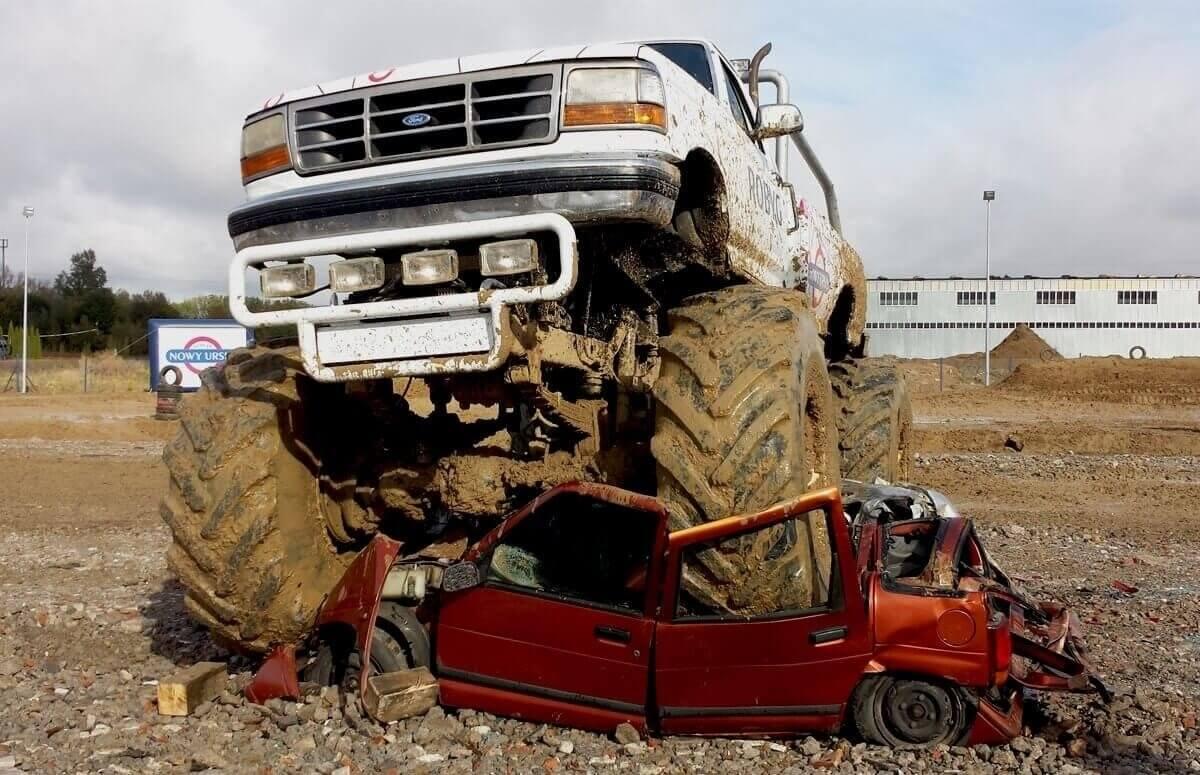 Tratowanie pojazdów Monster Truckiem