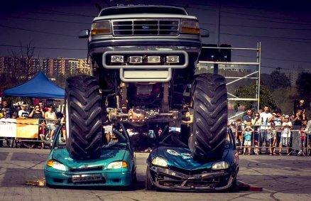 Monster truck - miażdżenie wraków samochodów