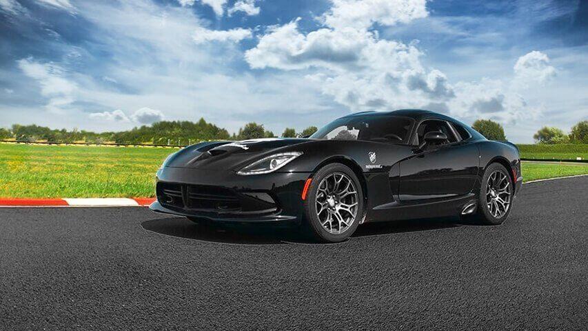 Dodge Viper w pojedynku na torze z Corvette