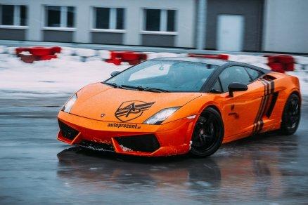 Jazda Lamborghini na płycie poślizgowej