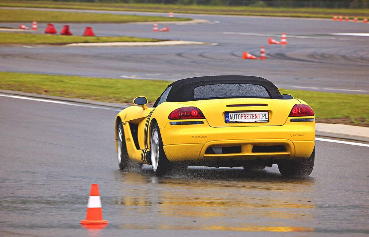 Za kierowicą Dodge Viper SRT-10 na torze wyścigowym