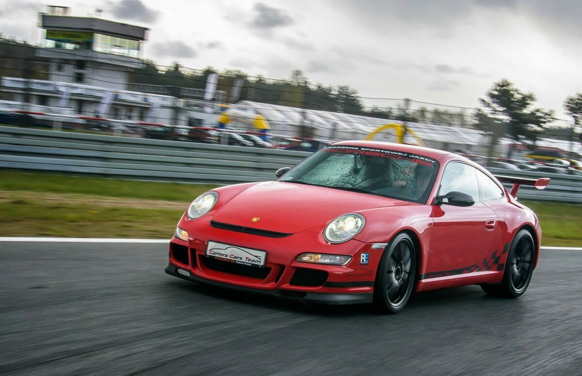 Przejazd Porsche na torze wyścigowym