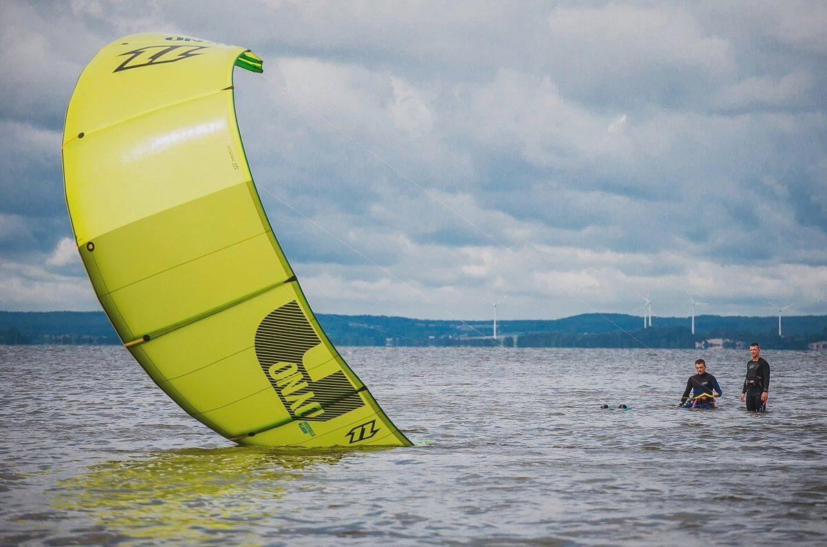Lekcja kitefurfingu na Helu