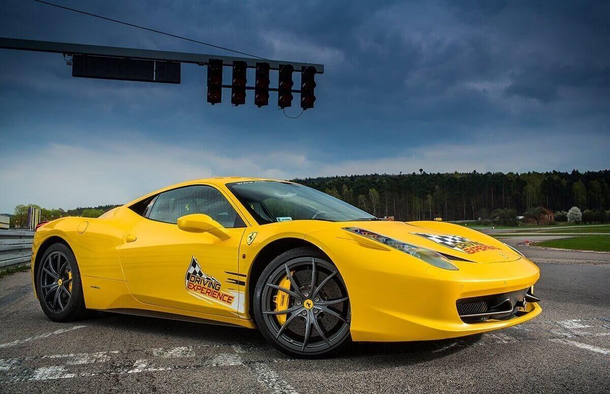 Przejażdżka typu co-drive po torze wyścigowym