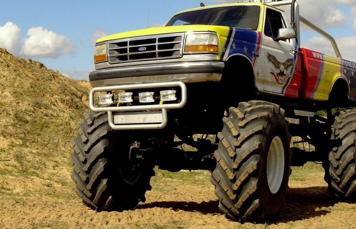Jazda po torze off-road w Monster Trucku
