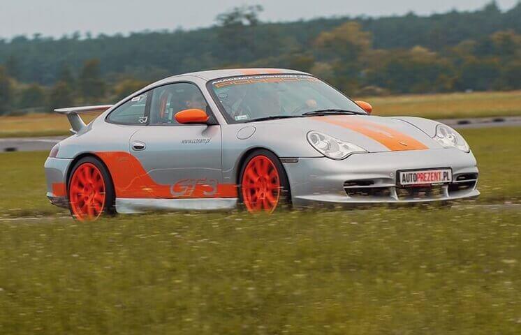Wyścigowa jazda Porsche na Torze Głównym w Poznaniu