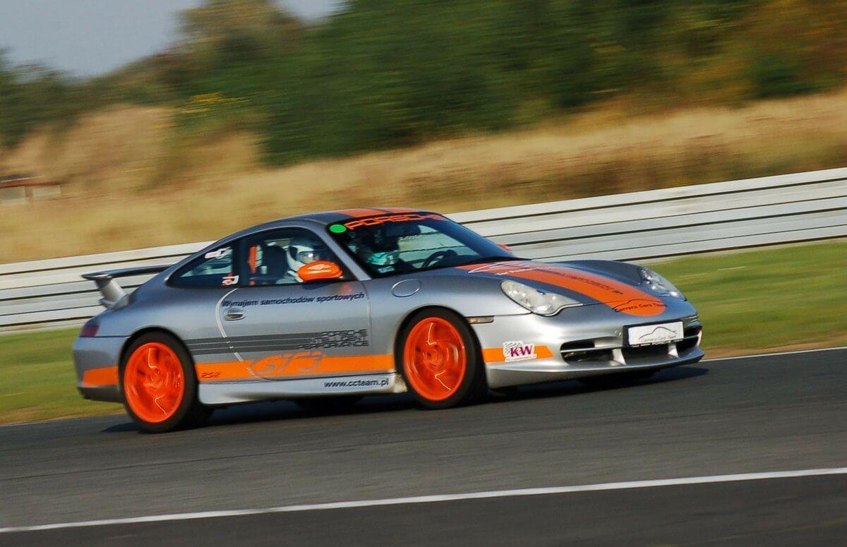 Sportowa jazda Porsche 911 po mieście - Poznań