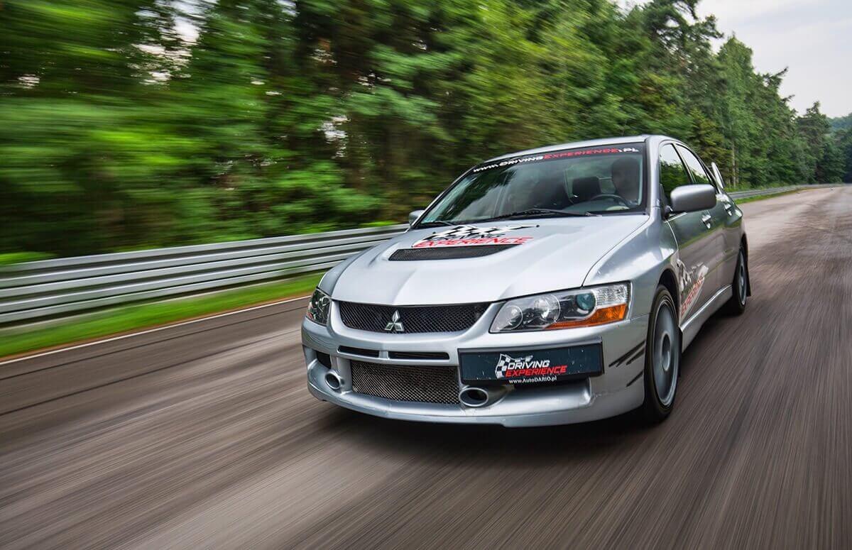 Rajdowa jazda za kierownica Mitsubishi Evo Lancer