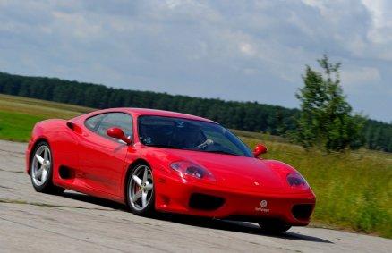 Jazda Ferrari na torze wyścigowym