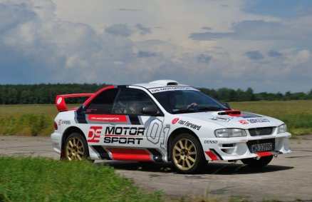 Subaru na torze w środkowej Polsce