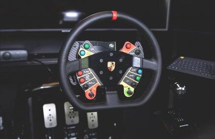 Simracing - Jazda w symulatorze wyścigów samochodowych
