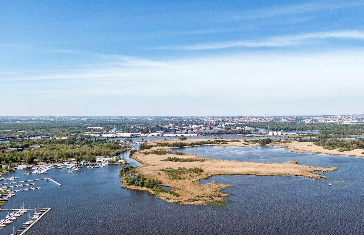 Szczecin i Jezioro Dąbie wdziane z pokładu samolotu