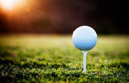 Lekcja golfa na polu golfowym
