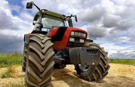 Ostra jazda traktorem po polu