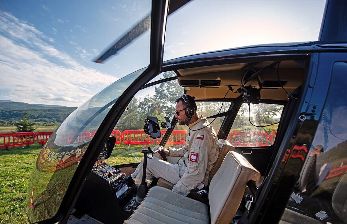 Helikopter z pilotem bezpośrednio przed wylotem w góry