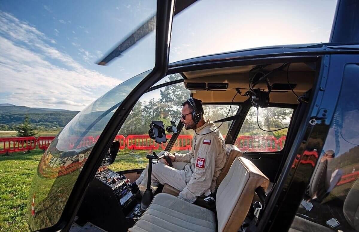 Pilot helikoptera przygotowuje się do lotu