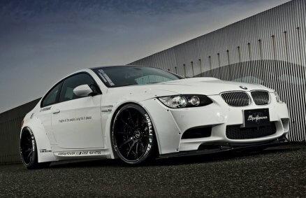 BMW na torze z kierowcą
