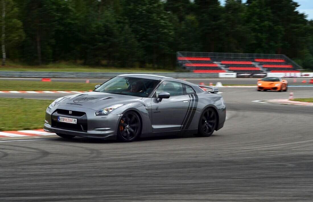 Jazda sportowym Nissanem GTR na torze wyścigowym