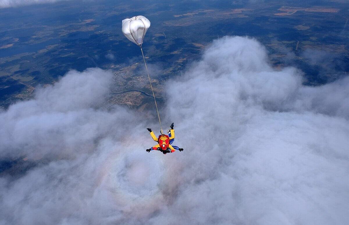 Skok spadochronowy w prezencie